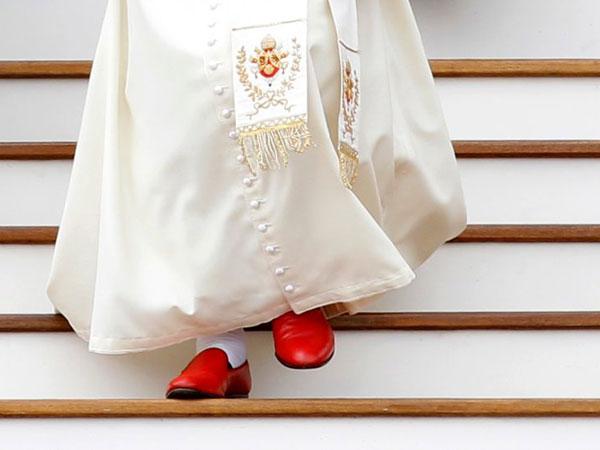 Los zapatos rojos del Papa